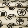 Carré de tissu japonais 52 x 52 blanc cassé - Motifs de Kamon. Emballage cadeaux en tissu.