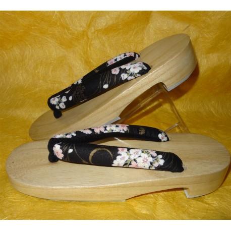 Geta 24 cm – Bride noire imprimés Sakura. Sandales japonaises yukata